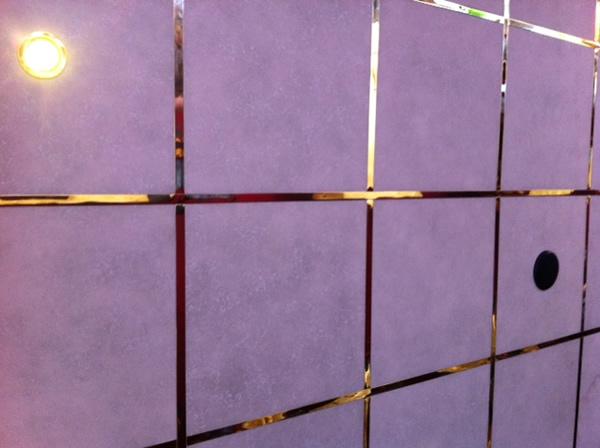 plafond: check, Gouden strips: check, Autospeakers: check. Hier niets aan te merken